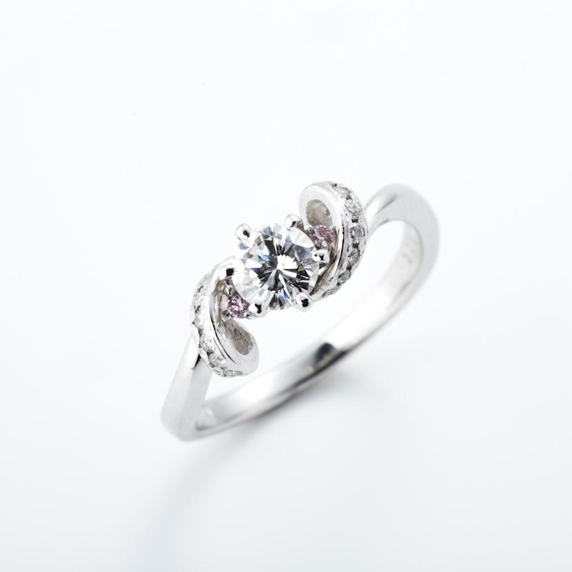 【ROCCA】さりげないピンクダイヤが可愛い!立体感のあるエンゲージリング