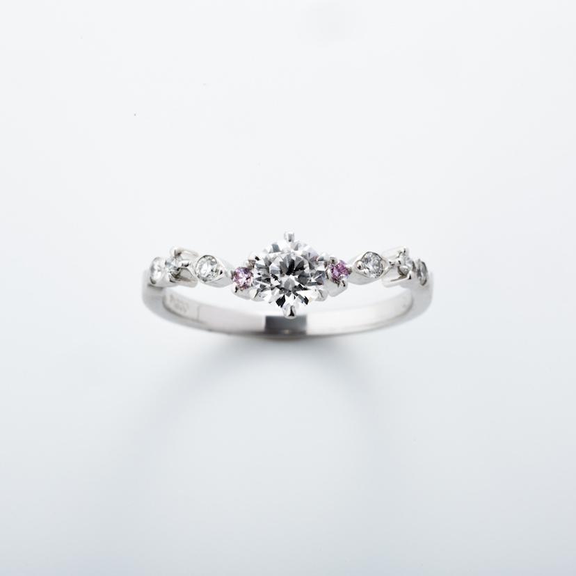 【ROCCA】さりげないピンクダイヤが可愛いエンゲージリング